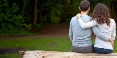 Man and woman sitting on bench symbolizing how many dates before relationship